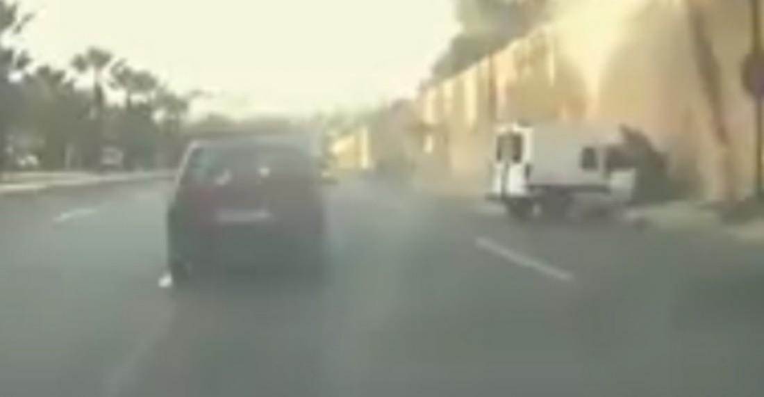 فيديو: سيارة تفقد السيطرة و تصطدم بحائط القصر الملكي