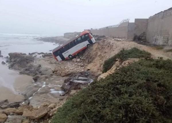 فيديو: انقلاب حافلة لنقل العمال في بحر أكادير