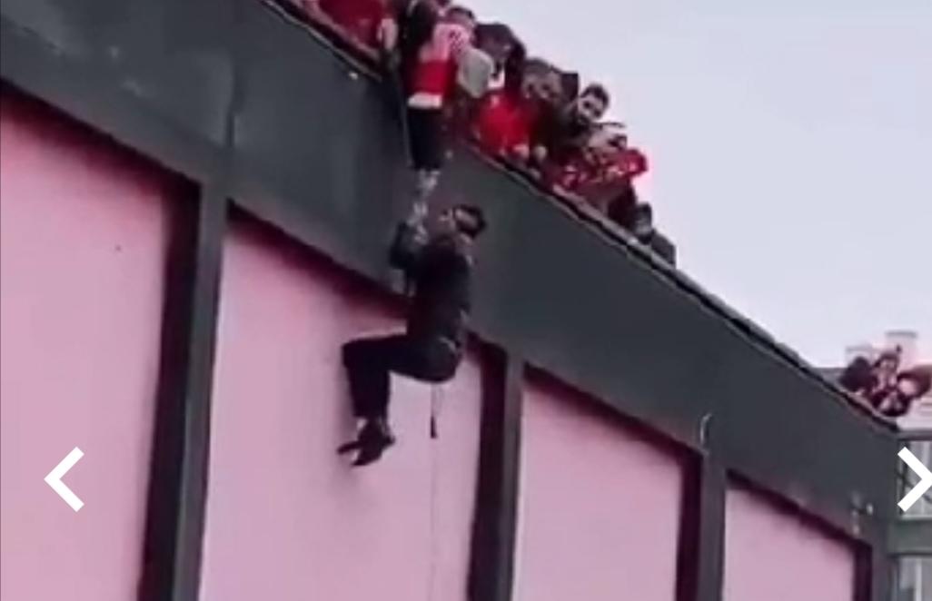 فيديو: مشجع ودادي يتسلق ملعب الفوسفاط بحبل و يغامر بحياته لمتابعة المقابلة
