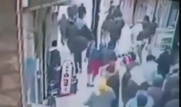"""فيديو للحظة اطلاق شرطي الرصاص عل """"مشرمل مقرقب"""" مسلح بسكينين بسلا"""