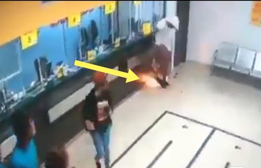 لحظة إنفجار هاتف في جيب صاحبه و هروب كل من كان حوله!